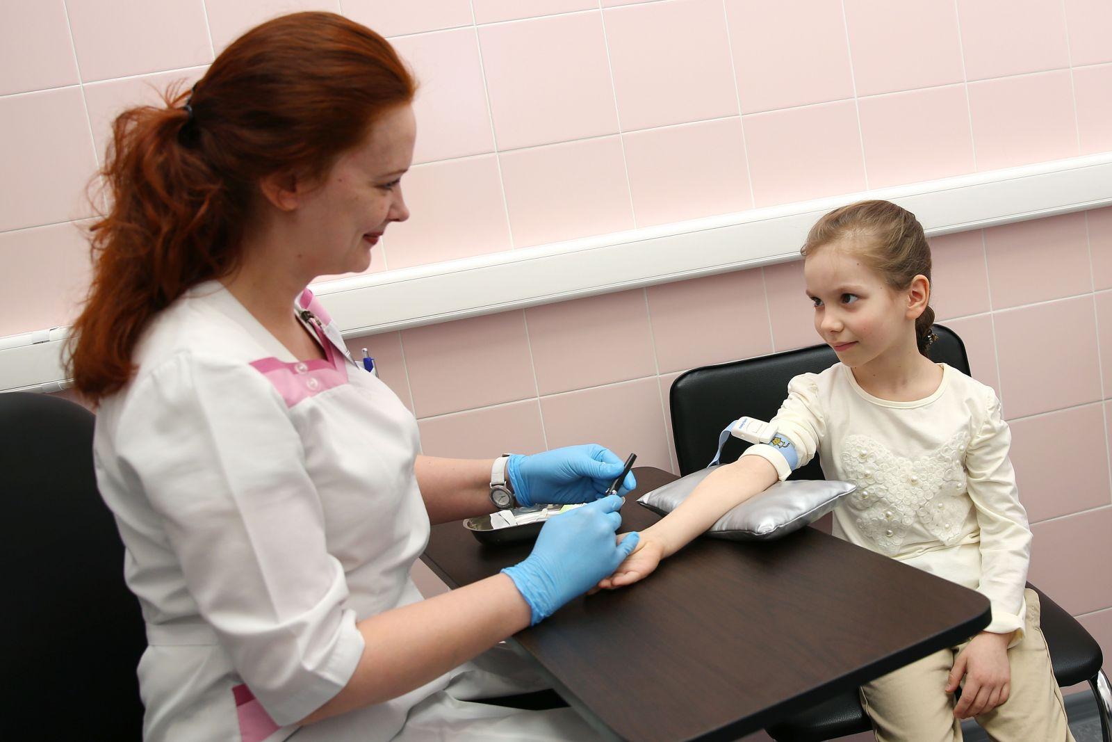 Анализы детям: пальчиковый забор крови